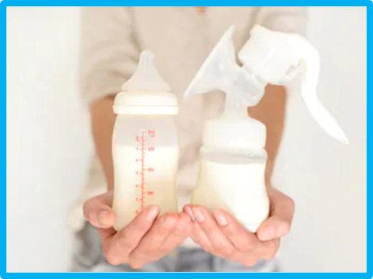 Frau hält manuelle Milchpumpe und Flasche mit Muttermilch