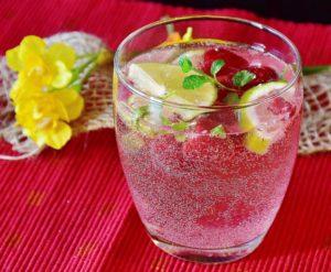 Erfrischendes Sommergetränk: Wasser mit Himbeeren
