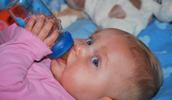 Bild: So viel Wasser braucht dein Baby